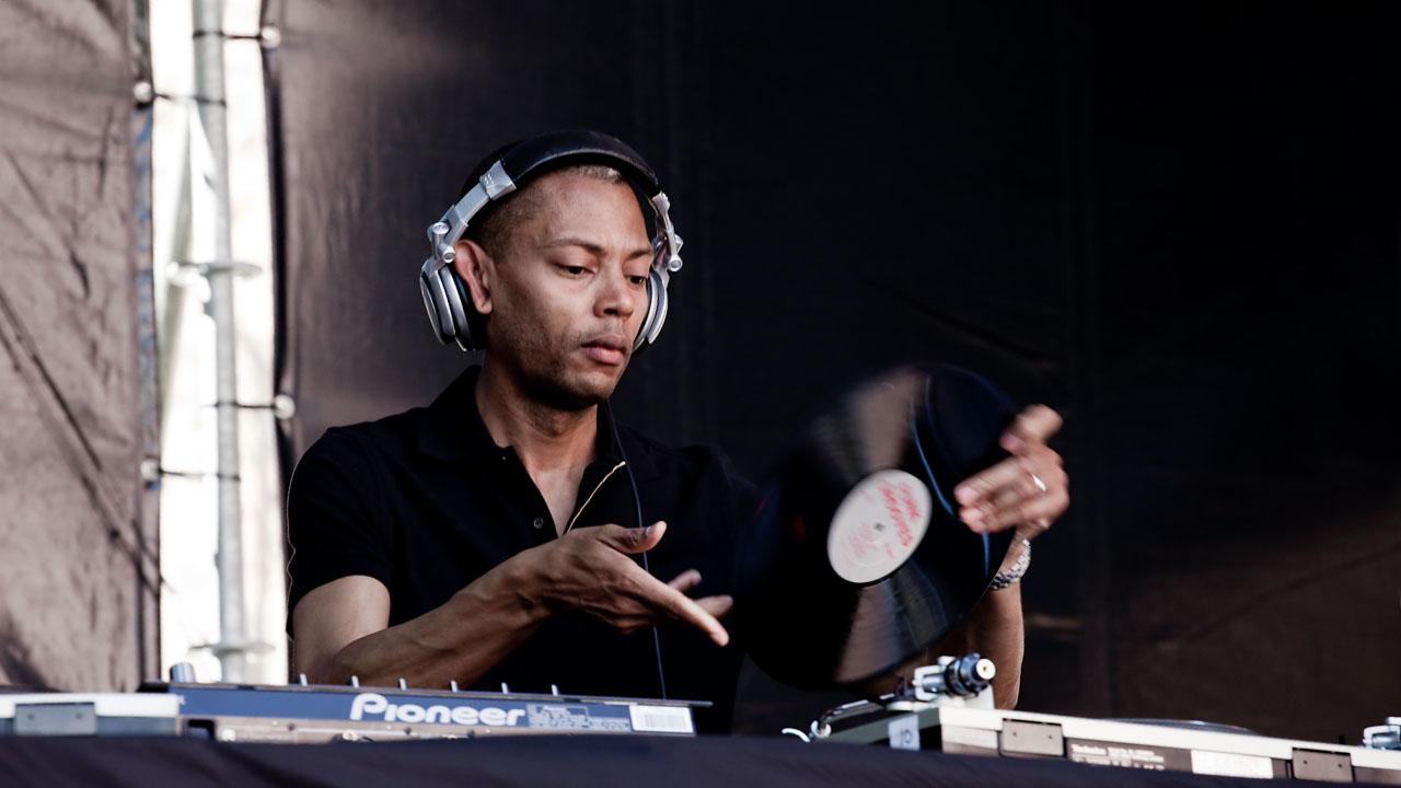 BOTTIGLIETTA IN TESTA, JEFF MILLS INTERROMPE (GIUSTAMENTE) IL DJ SET